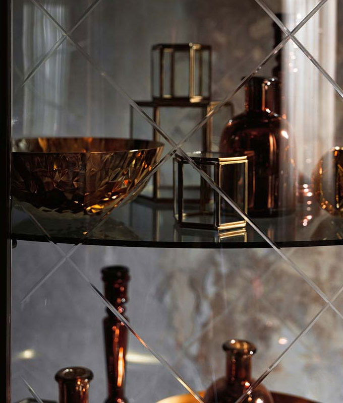 Veblen by Fiam - Burberry King Engraved Curved Glass Showcase